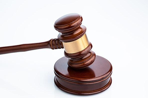Richterhammer (Gavel) auf weißem Hintergrund. Symbolfoto für Gerechtigkeit